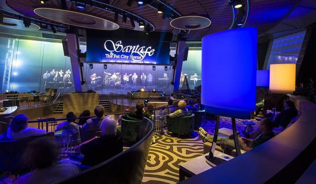 画像: ガラス張りの展望ラウンジは、夜は映像ショーを楽しめるラウンジ「TWO70」(トゥセブンティ)に早変わり!