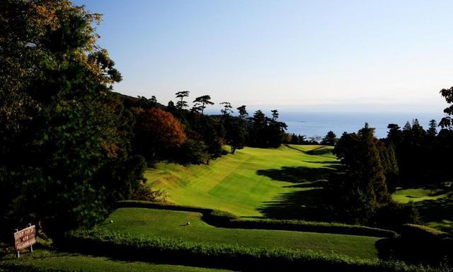画像: 熱海GCは9ホールのメンバーシップコース。7番ホール(498ヤード・パー5)は海岸地形を活かした高低差、海を眺める景色も魅力