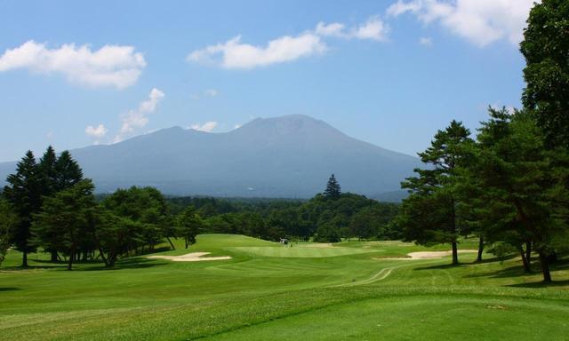画像: 軽井沢72東・入山C3番ホール(204㍎・パー3) 浅間山を背景にした美しいホール