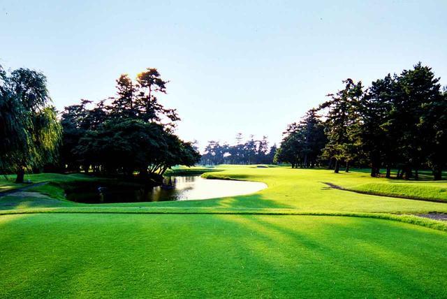画像: 10番ホール/198㍎/パー3 ティで構えると前に池、左には林があり、距離もあるため難易度は高い