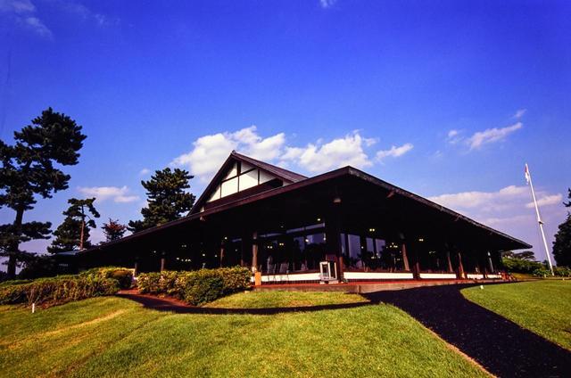 画像: 大きな屋根が特徴的な平屋造りのクラブハウス