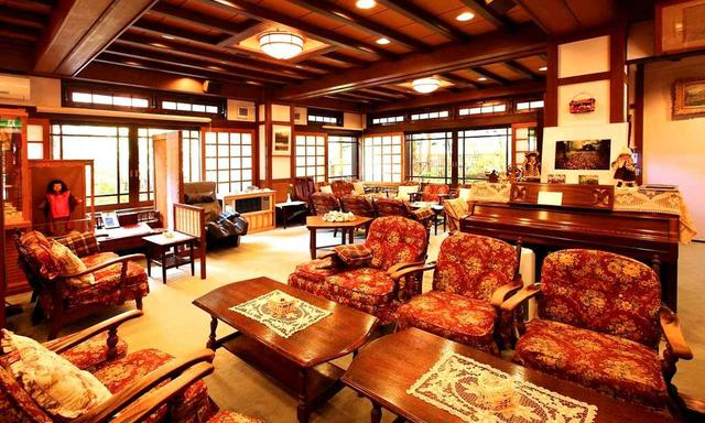 画像: 和洋折衷の趣と歴史、つるや旅館のリビングルーム