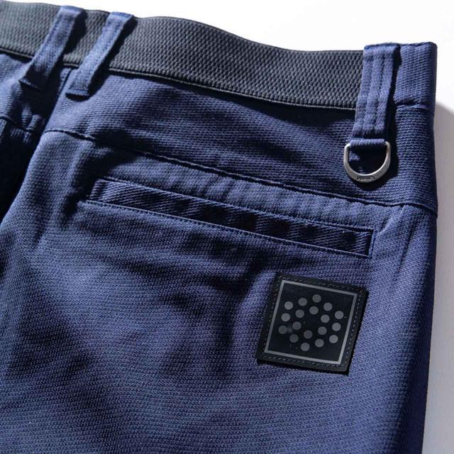 画像: ゴム仕立てのウエストや開口部の広いポケットなど実用的な工夫が満載