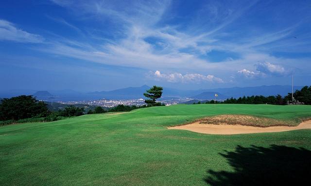 画像: 唐津ゴルフ倶楽部は唐津湾が見渡せる丘陵コース。開場は昭和12年