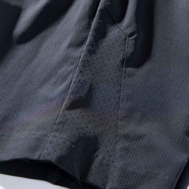 画像: ウエスト裏や裾部分のメッシュでムレを素早く放出