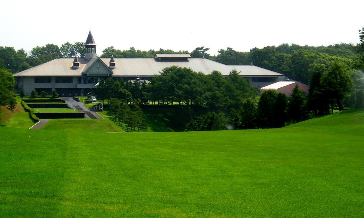 画像: 千歳空港カントリークラブはくちょうコース1番から見たクラブハウス。ティショット打ち上げの左ドッグレッグ(553Y・P5)