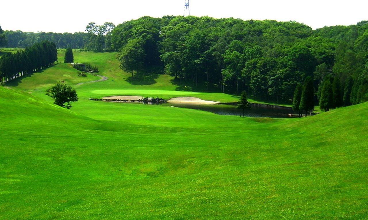 画像: 清流の小川や池が絡むホールが多くある千歳空港カントリークラブ。はくちょう3番(405Y・P4)