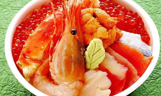 画像: 釧路「和商市場」の名物「勝手丼」。蟹、ホタテ、サーモン、いくら、海老、釧路の海鮮がぜんぶ乗った丼