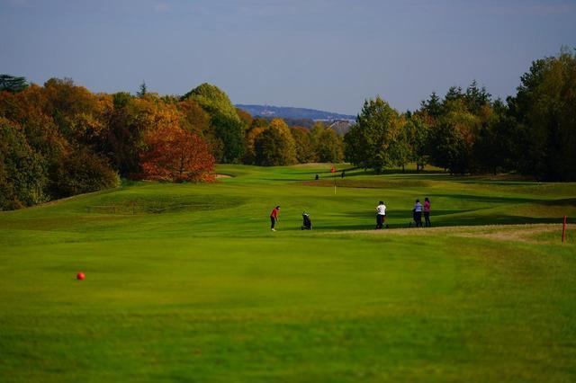 画像: パリ近郊の「ゴルフホテル・ドゥ・モングリッフォン」は40種類の木々に囲まれた自然豊かなコース。