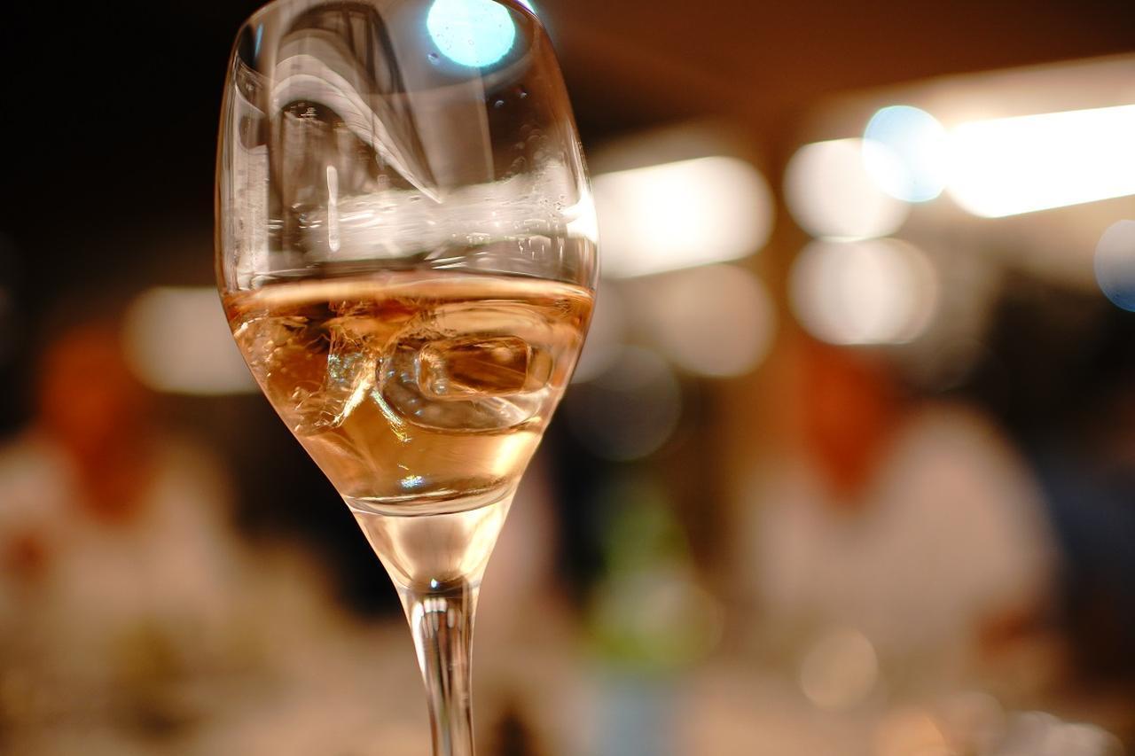 """画像: """"ロゼ・オン・ザ・ロック""""は南仏で最近流行りのロゼワインの楽しみ方。"""