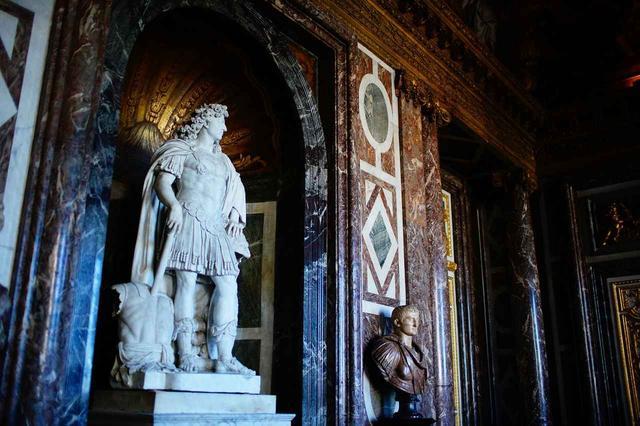 画像: ヴェルサイユ宮殿に保管されているルイ14世の像。