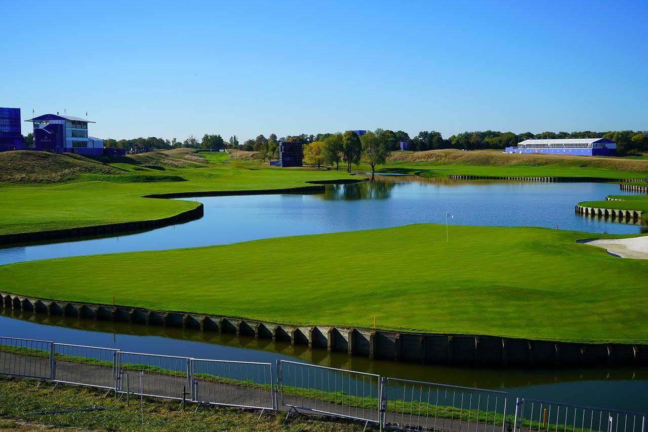 画像: ライダーカップの舞台「ル・ゴルフ・ナショナル」のアルバトロスコース15番ホール。