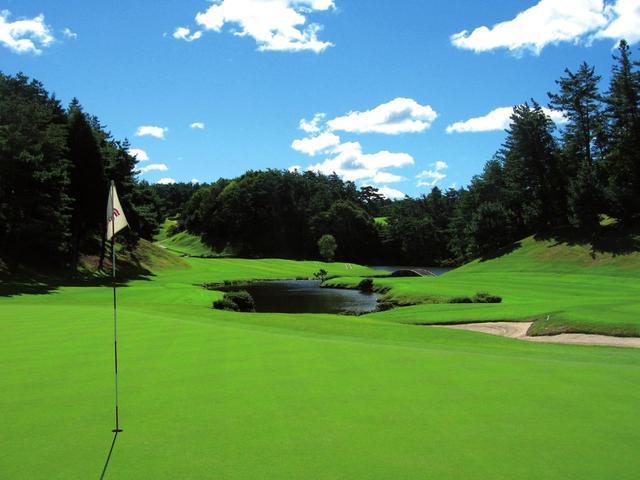 画像: 16番ホール/498㍎/パー5 ホール名は「南山ガーデン」。池が絡む美しい名ホール
