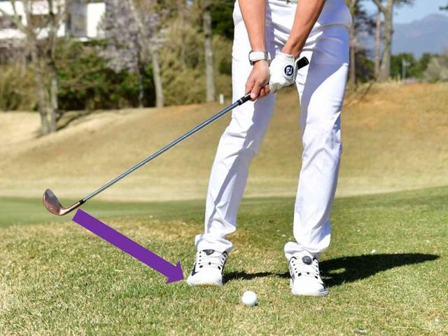 画像: 「ボールとフェースの間に芝が入るとスピン量が不安定になり距離感が合いません。また芝に負けて球が飛ばない可能性も。鋭角に打てば芝の影響を減らせます」(沼田)