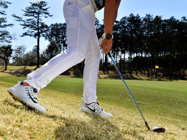 画像: 右足を靴一足分後ろに引けば、ヘッドの通り道を確保することができスムーズに振ることができる