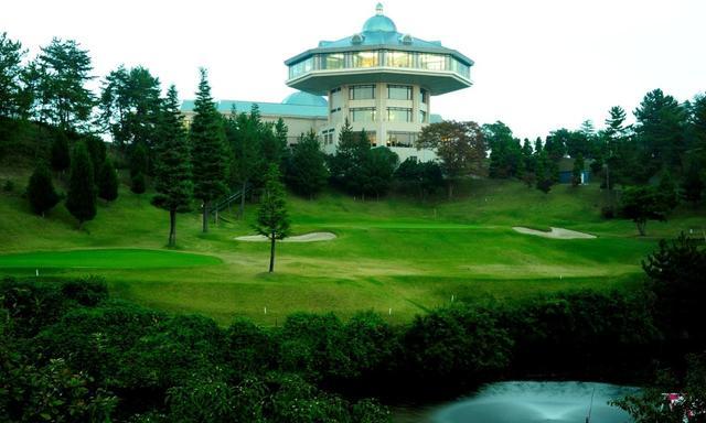 画像: よかわコース18番ホール(426Y・P4)。トーナメント中継でもお馴染みのクラスハウス。セカンドは池越え