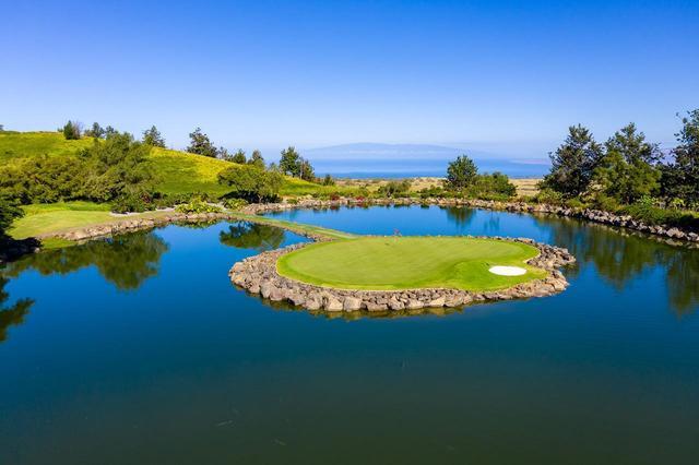 画像: 「マカニゴルフクラブ」17番ホールの浮島グリーン
