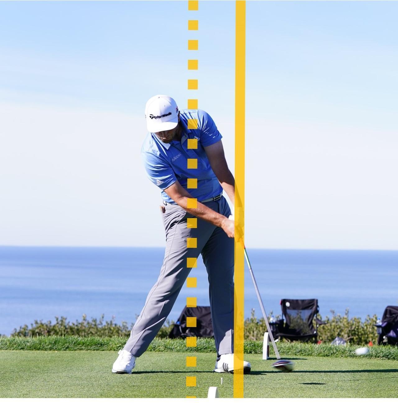 画像: 右手首の角度を保ち、ハンドファーストにとらえる