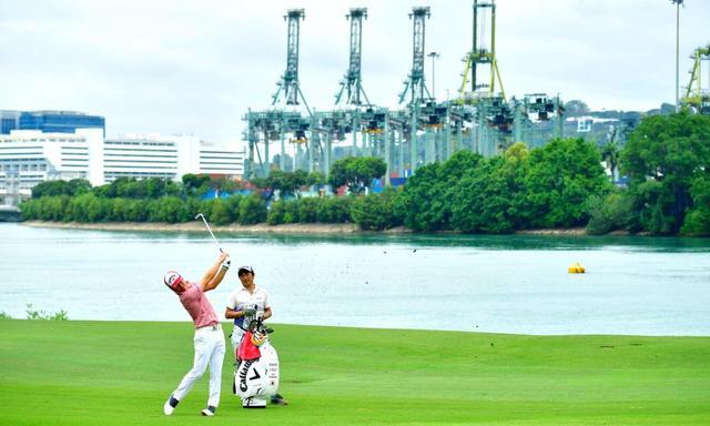 画像: 2018年大会、石川は2日目にトップに立つが最終順位は16位タイ。セントーサにしかない風景の中でゴルフ