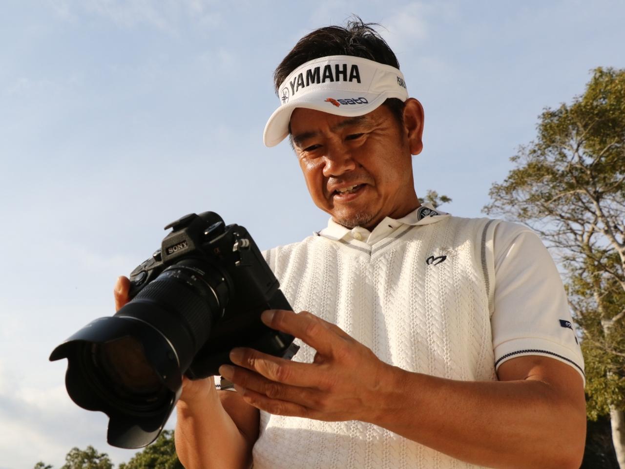 画像: 撮影した写真をチェックし「これは面白いね!」と藤田プロ