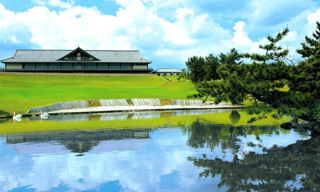 画像: 左右対称に広い和風のクラブハウス。西コース9番ホールからの風景