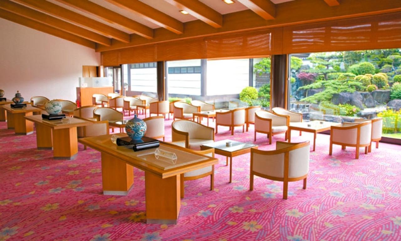 画像: 日本庭園が眺められるラウンジ