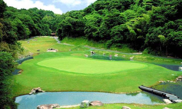 画像: 南コース5番ホール(175Y・P3)グリーンの四方を池が囲む、グリーンは縦長で40ヤードの奥行き