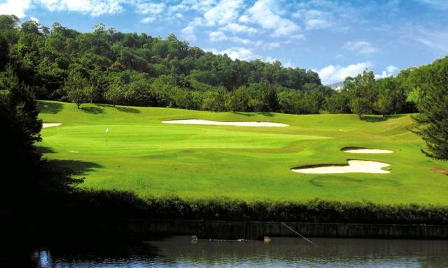 画像: 北コース3番ホール(199Y・P3)やや打ち下ろしの池越え。大きな2段グリーンでクラブ選びが重要