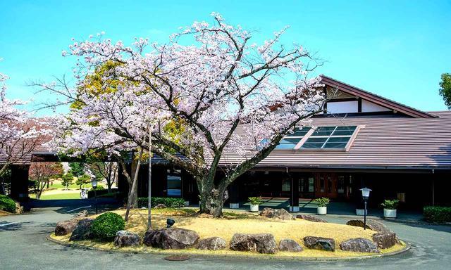 画像: クラブハウス玄関。春には満開の桜がゴルファーを迎える