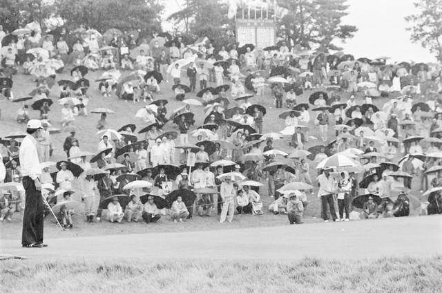 画像: 雨にも関わらず多くのギャラリーが駆け付けた