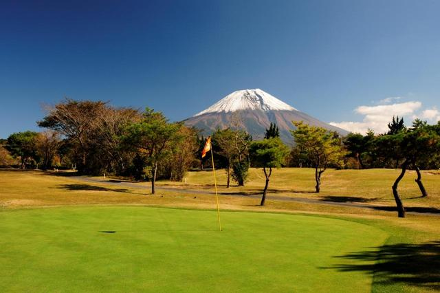 画像: 16番ホール(118ヤード・パー3)グリーンから望む富士は絶景