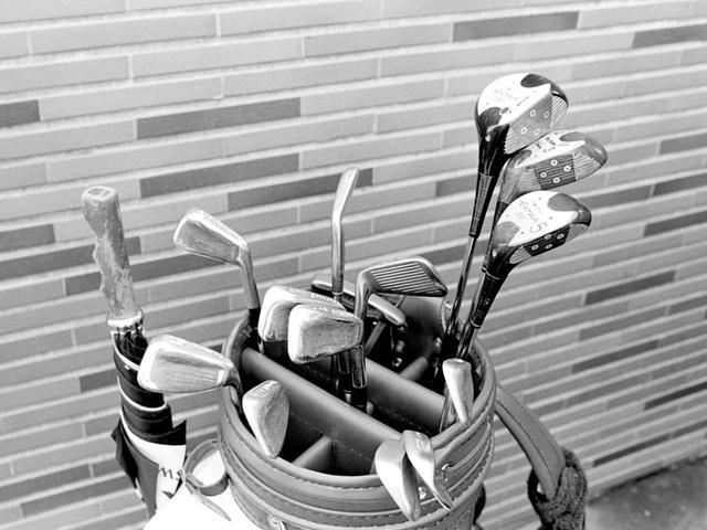画像: 優勝時の倉本昌弘のクラブセッティング。ウッドは1W、3Wに加えて5Wの3本体制。アイアンのバックフェースには鉛がべったり。パターはピンアンサー