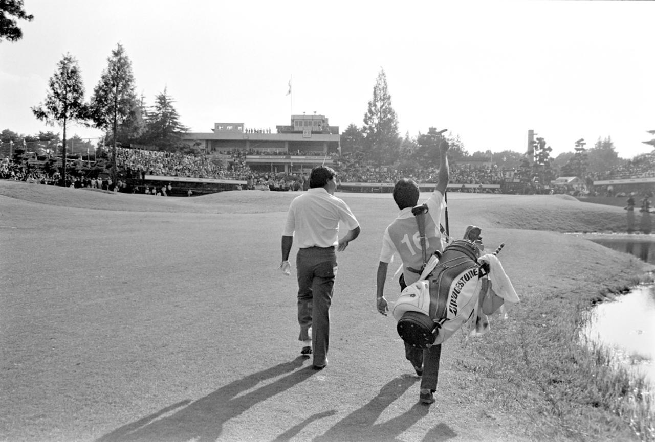 画像: 5番ウッドで勝利を手繰り寄せるセカンドショットを放ち、意気揚々とグリーンへ歩く倉本