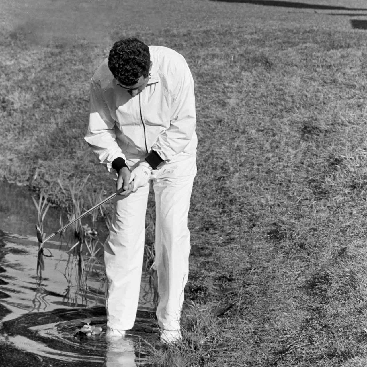 画像: スコットランドのトーランスはセカンドショットをグリーン手前の池に入れて脱落