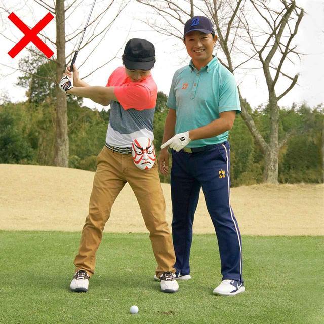 画像: テークバックでは、アドレスの右腰の位置まで左腰を回す。左腰が動かないのは「手打ち」