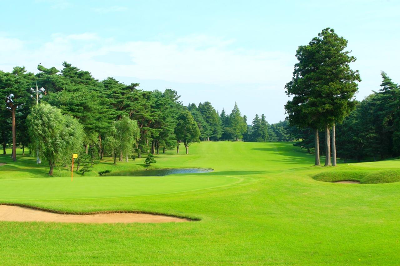 画像: トーナメントの最終ホール、グリーン手前に池が待つ18番パー5