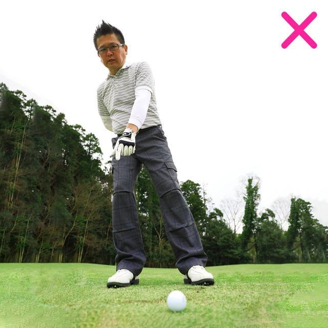 画像: 【右に体重が残るとロフトが増えてしまう】 体重が右に残ると、左肩の位置とその真下にある最下点は右にズレ、ロフトが増えてしまうため、当たりが安定しない
