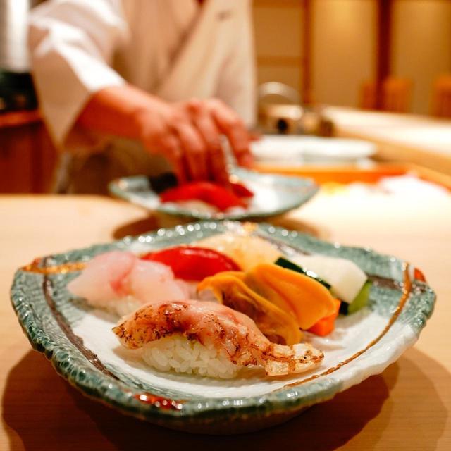 画像: のどぐろや万寿貝など地の物のおまかせで8000円~。完全予約制