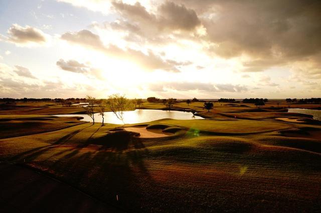 画像: 夕日で浮かび上がったコースのアンジュレーション。日本ではないような光景が広がる