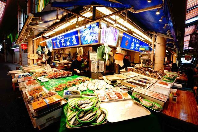 画像: 活気あふれる市場には、連日、地の食材が豊富に並ぶ