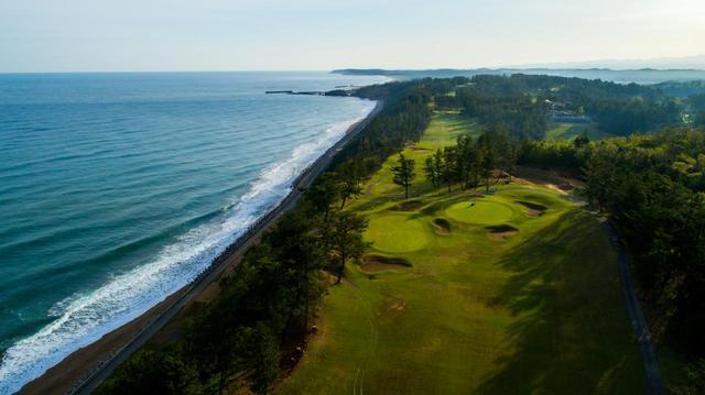 画像: 海コース8番の上空から。日本海がすぐそこ、波音を聞きながら