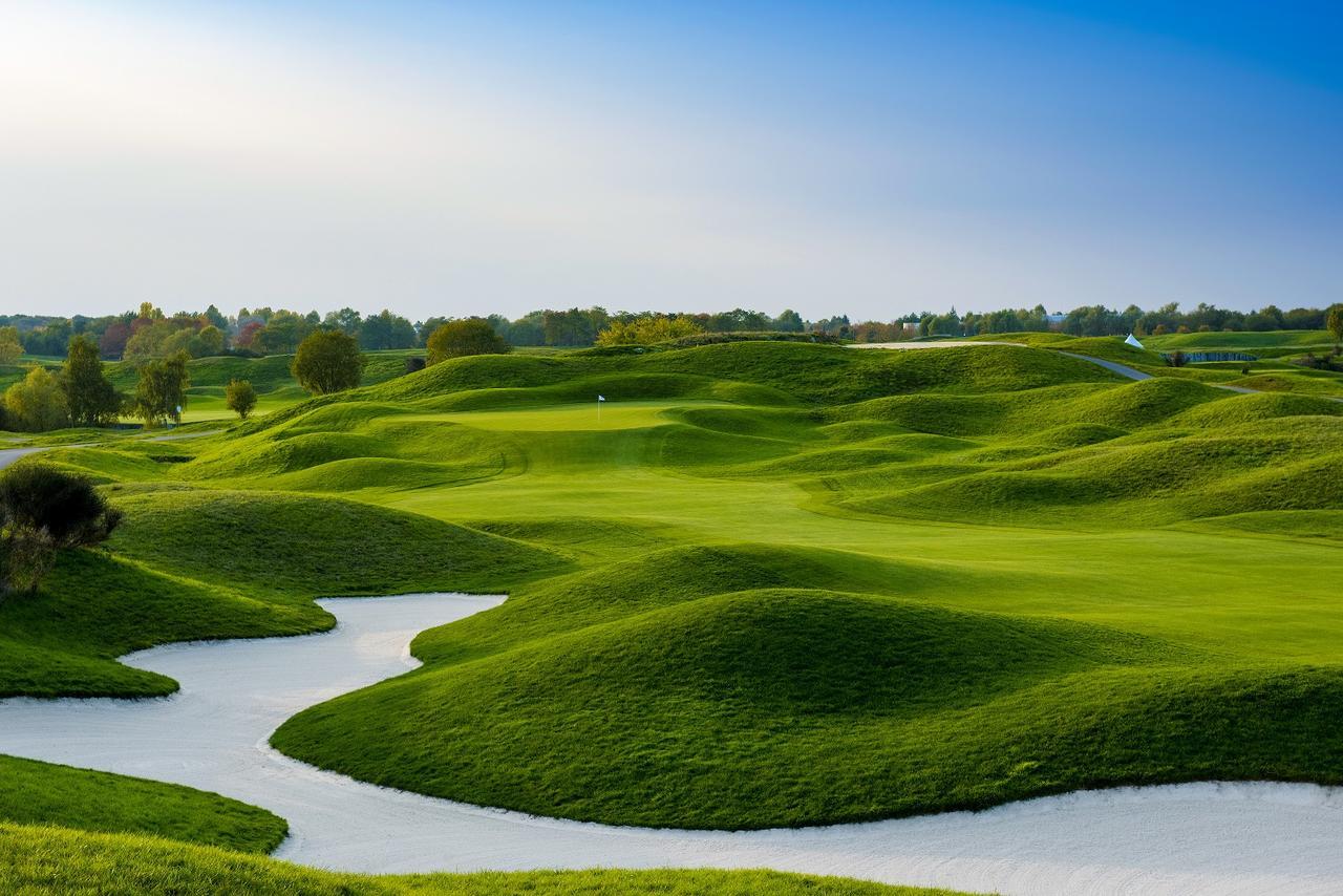 画像: 細かいマウンドがゴルファーを悩ませる「アルバトロスコール12番」