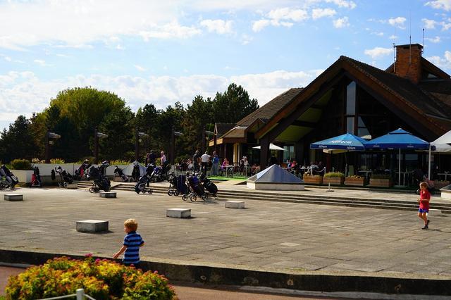 画像: 併設のレストランも人気で、ゴルフ以外の利用客も多い。