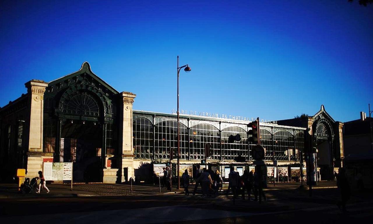 画像: ヴェルサイユ宮殿に一番近い駅「ヴェルサイユ=シャトー駅」。駅舎の目の前が宮殿だ。