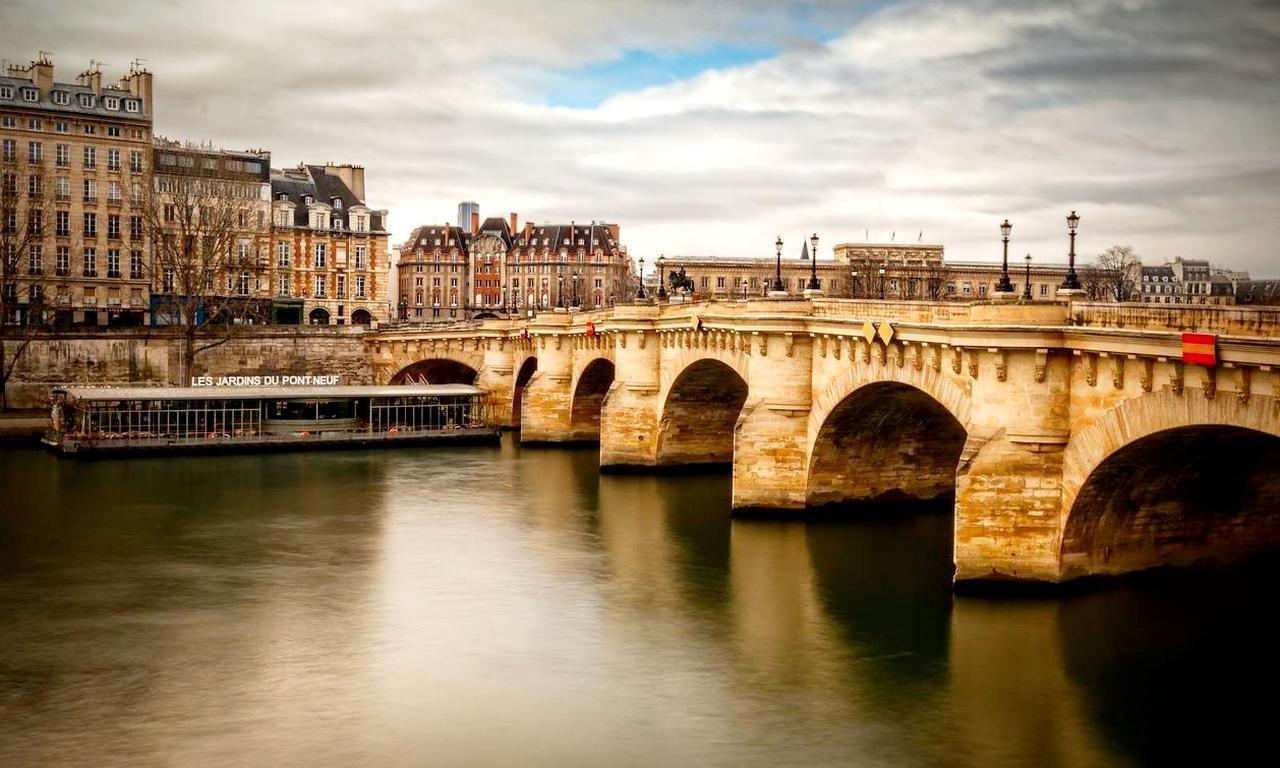 画像: パリの発祥・シテ島にかかる、パリ最古の橋「ポン・ヌフ」