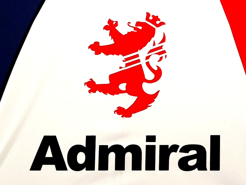 画像: アドミラルのロゴマークがアクセント。海軍提督の「袖章」がモチーフだ