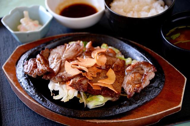 画像: スタミナステーキ御膳(1600円・税別) 汗をかいたゴルファーが旨いと感じるはっきりとした味付け。さまざまな産地のビーフを食べ比べ、やわらかく肉質のいいメキシコ産ロース肉を取り寄せている