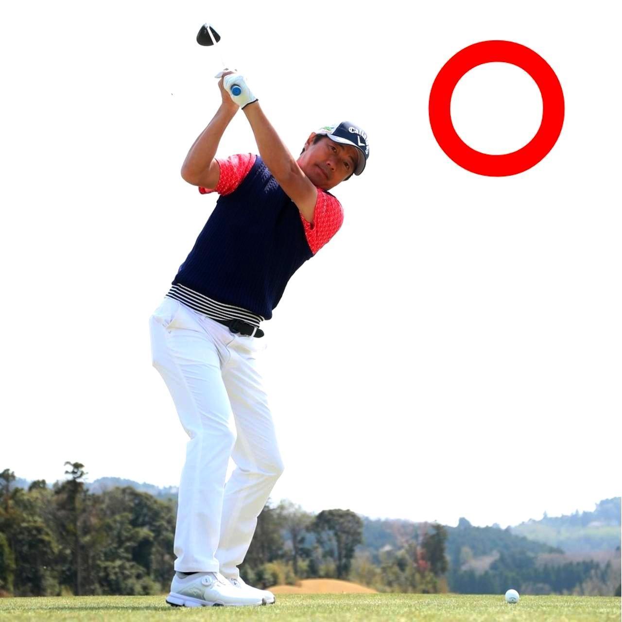 画像: 短く持つとトップはコンパクトに。ボールの近くに立つのでアップライトになる。このトップから振り下ろすだけ
