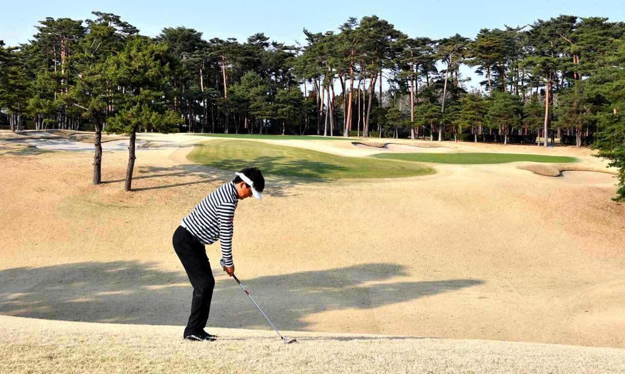 画像: ドライバーで打って左足下がりのライになっても、ココから打つのが川崎さんの定石