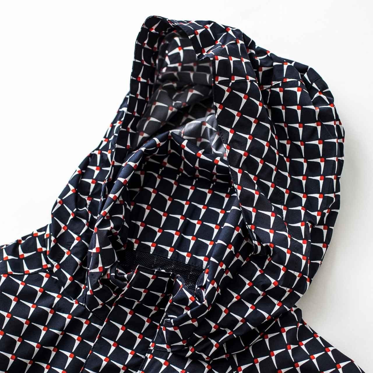 画像: 大雨のときにフードは必需品。折りたたんで首の後ろに収納